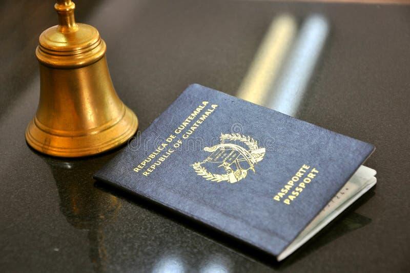 Passeport du Guatemala dans un hôtel   images libres de droits