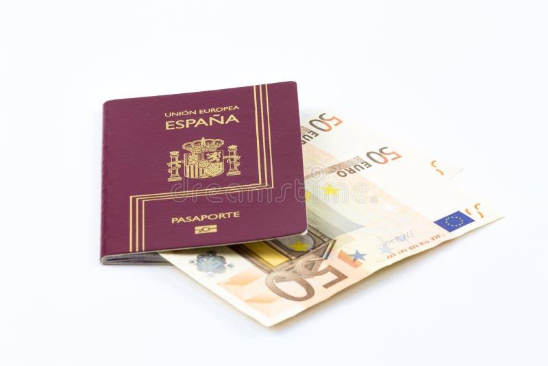 Passeport espagnol avec des billets de banque de devise d'Union européenne image stock