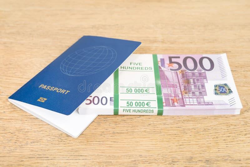 Passeport et argent sur la table photos stock