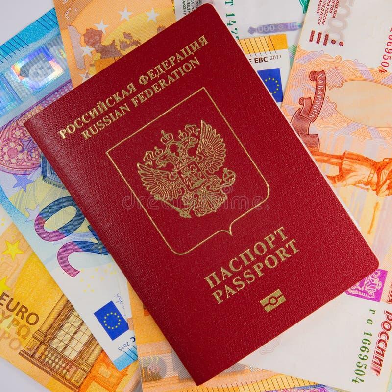 Passeport et billets de banque étrangers de Russe photographie stock libre de droits