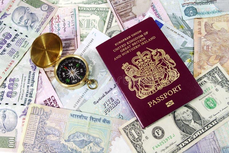 Passeport et compas sur des factures de devise photos libres de droits