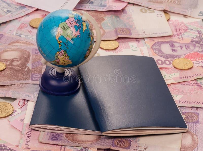 Passeport et globe sur l'argent photos stock