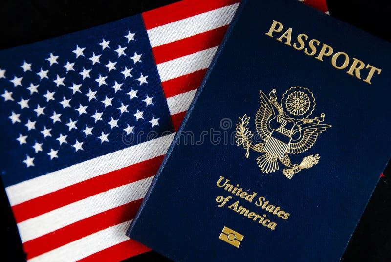 Passeport et indicateur américains sur le noir photographie stock libre de droits