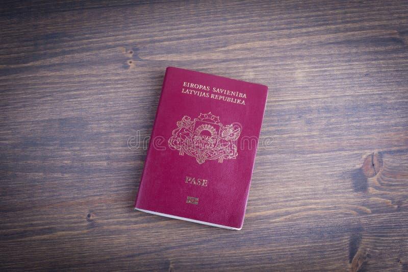 Passeport européen letton sur le fond en bois foncé photo stock