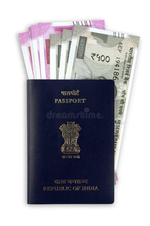 Passeport indien avec de nouvelles notes de devise de roupie photo libre de droits