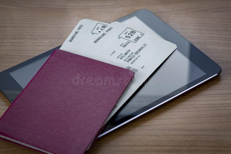 Passeport neutre avec des billets sur la Tablette photographie stock