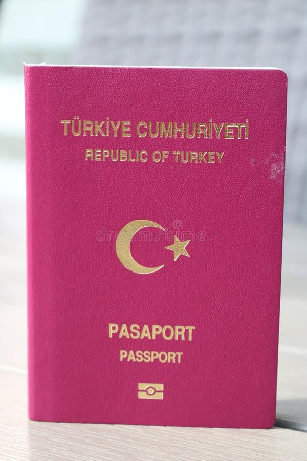 Passeport turc Passeport biométrique Identification internationale pour le citoyen turc images stock
