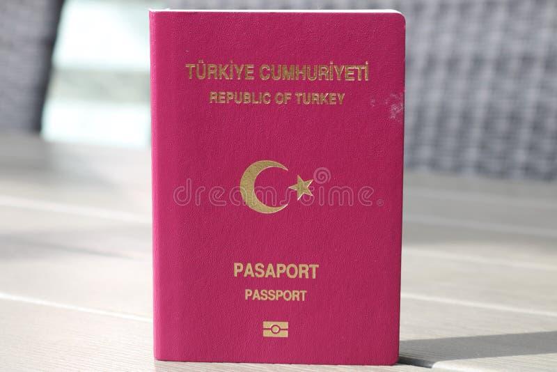 Passeport turc Passeport biométrique Identification internationale pour le citoyen turc photographie stock