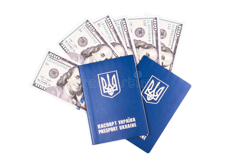 Passeport ukrainien de voyage avec des dollars images stock