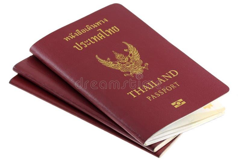 Passeports électroniques thaïs d'isolement sur le blanc photographie stock libre de droits