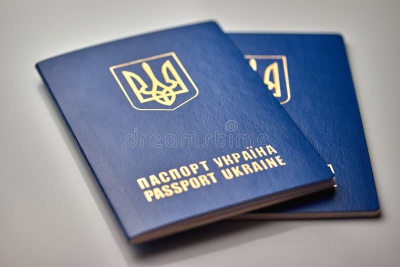 passeports avec la fin d'emblème d'état d'isolement sur le fond blanc image libre de droits