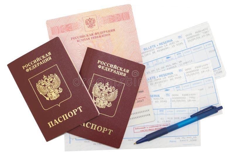 Passeports, billets, stylo sur le fond d'isolement photographie stock libre de droits