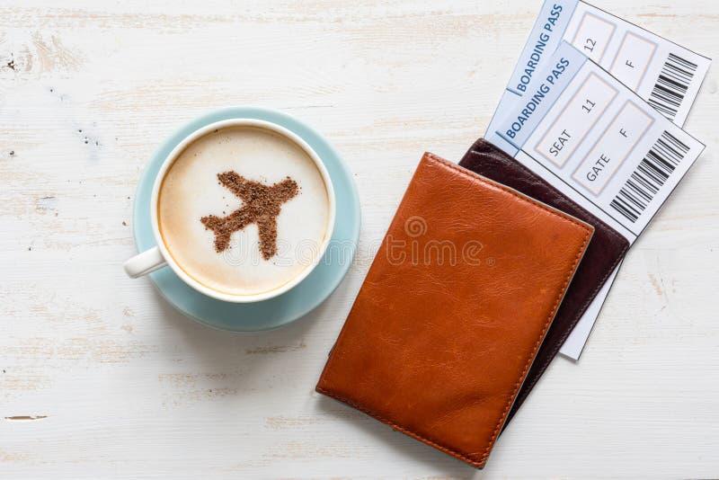 Passeports, carte d'embarquement et tasse de café (avion fait de cannelle) photo libre de droits