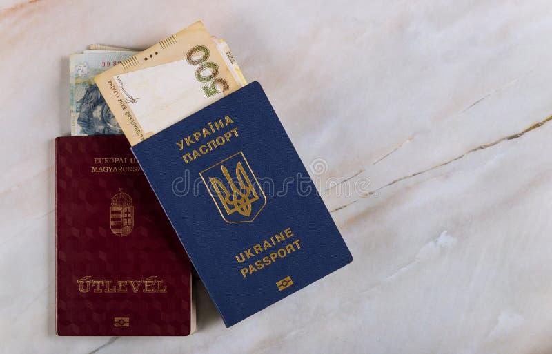 Passeports des doubles citoyens ukrainien et hongrois pour les voyages Concept sur l'argent ukrainien et hongrois grivna national photo stock