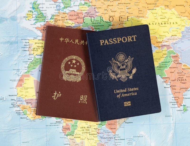 Passeports nationaux pour voyager le monde image stock