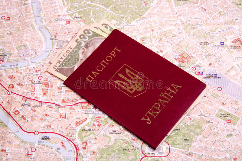Passeports sur une carte de Rome photo libre de droits
