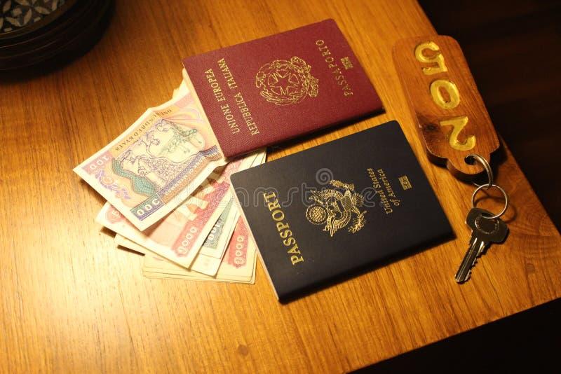 Passeports sur une table dans Myanmar photographie stock libre de droits