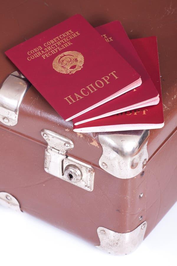 Passeports sur une vieille valise photographie stock