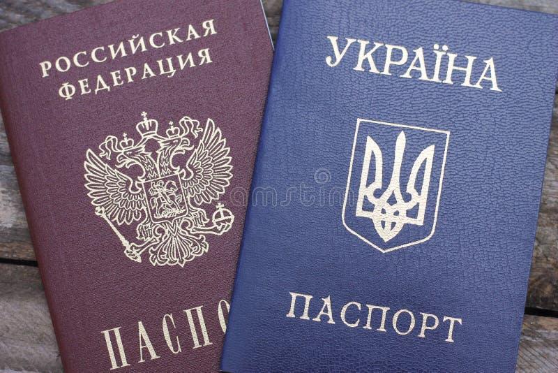 Passeports ukrainiens et russes images libres de droits