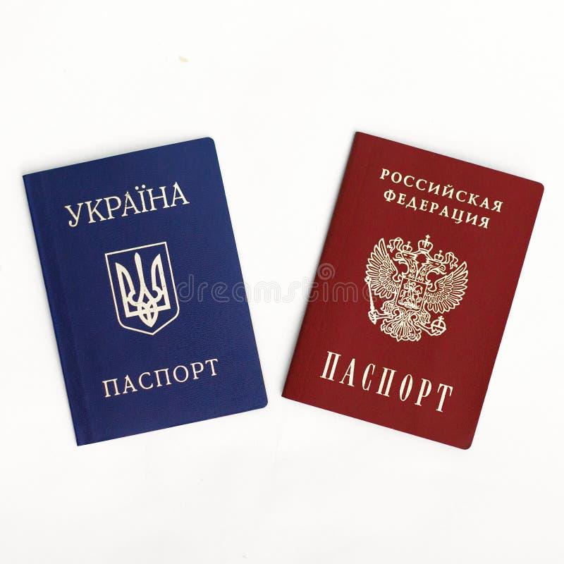 Passeports ukrainiens et russes sur le blanc photographie stock