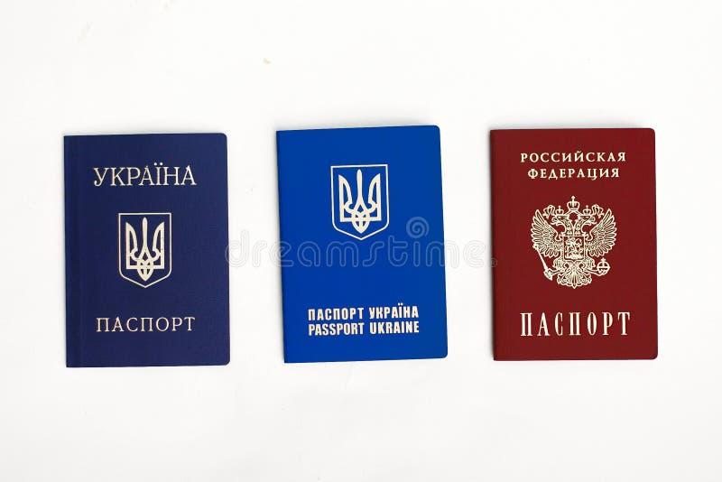 Passeports ukrainiens et russes sur le blanc photos stock