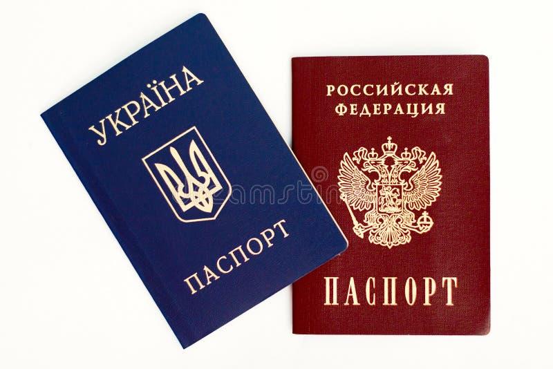 Passeports ukrainiens et russes sur le blanc images stock