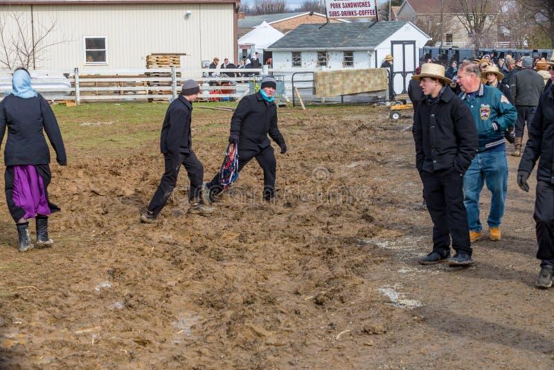 Passer amish par la boue photos libres de droits