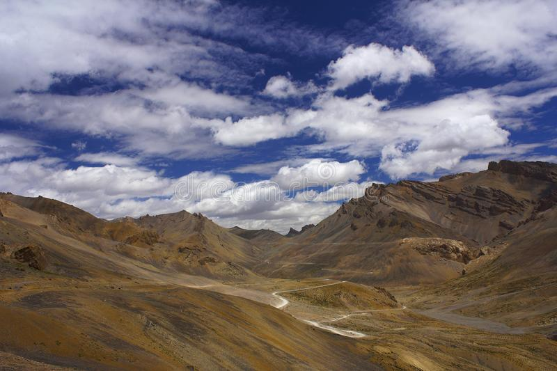 Passer de montagne de Lachulungla le long de la route de Leh-Manali, Jammu-et-Cachemire d'Inde images stock