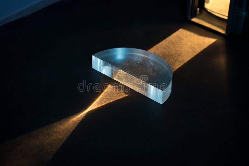 Passera av en lightbeam till och med en positiv lins som visar en konvergent modell royaltyfri foto