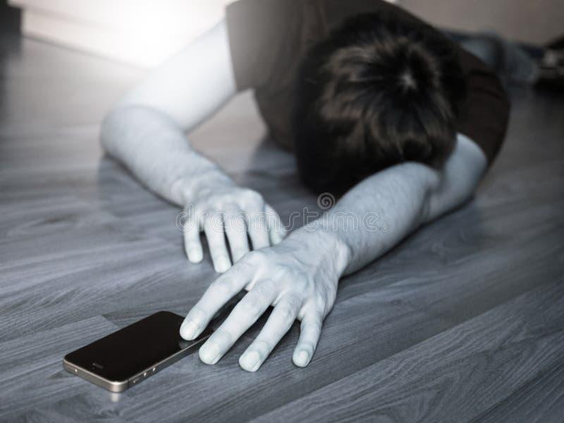 Passera ut, svartvitt av mannen som når för telefon arkivbilder