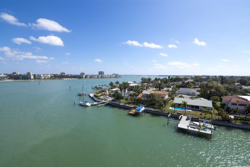 Passerande-en-skyddsgaller kanal på Florida Gulf Coast arkivfoton