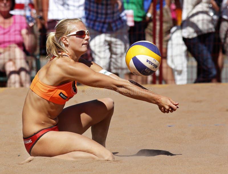 Passerande för boll för Tyskland för strandvolleybollkvinna arkivfoto