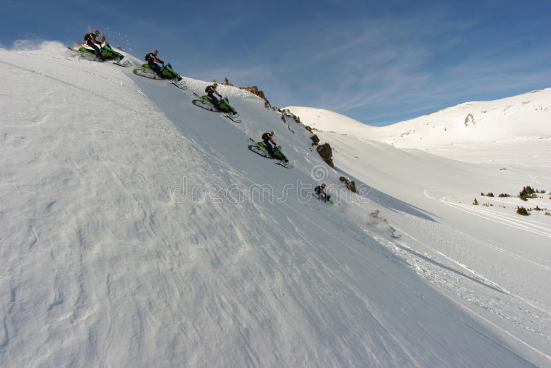 passerande för co som jones snowmobiling arkivbild