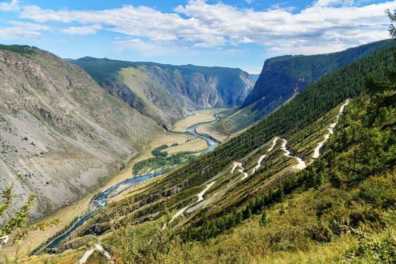 Passerande Katu-Yaryk och dal av den Chulyshman floden Altai republik Ryssland arkivfoto