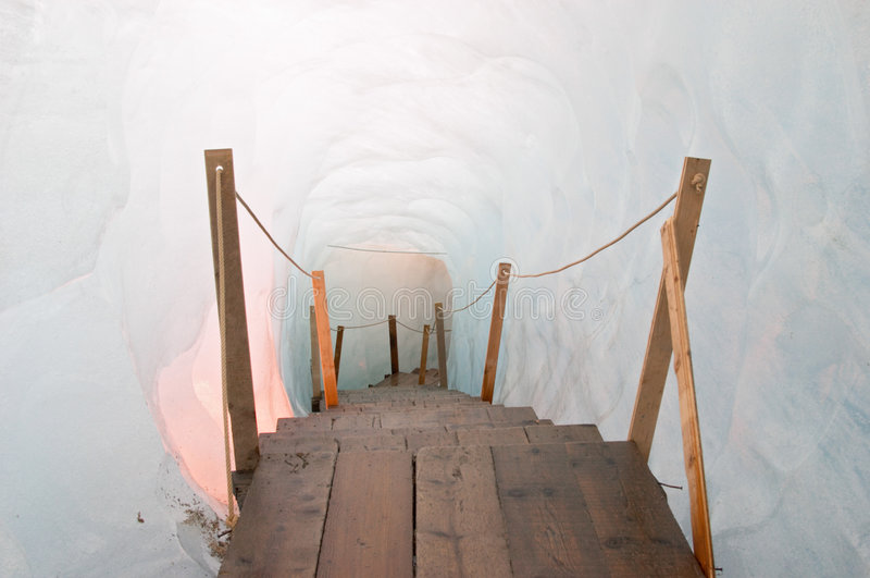 Passerella all'interno della caverna di ghiaccio (Eisgrotte Rhonegletscher) immagini stock