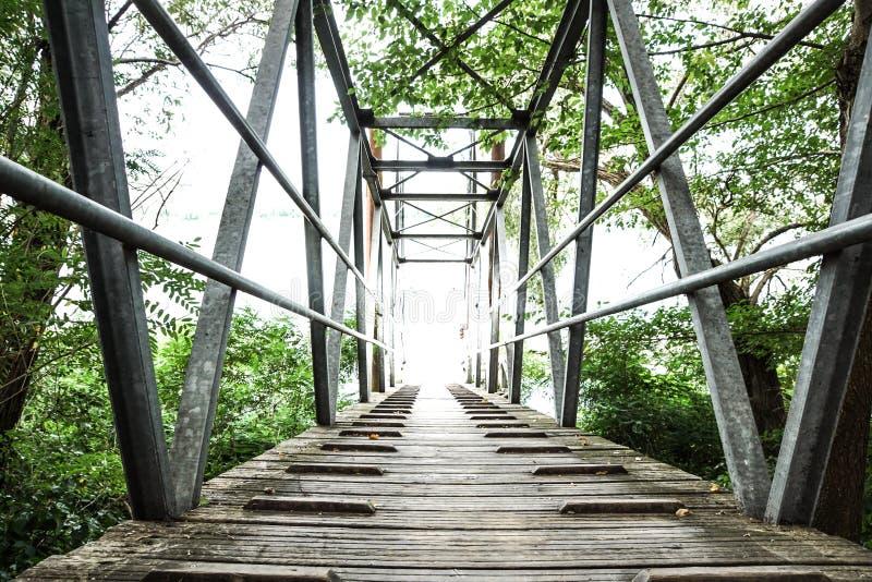 Passerella del metallo e di legno sul fiume in autunno immagini stock libere da diritti
