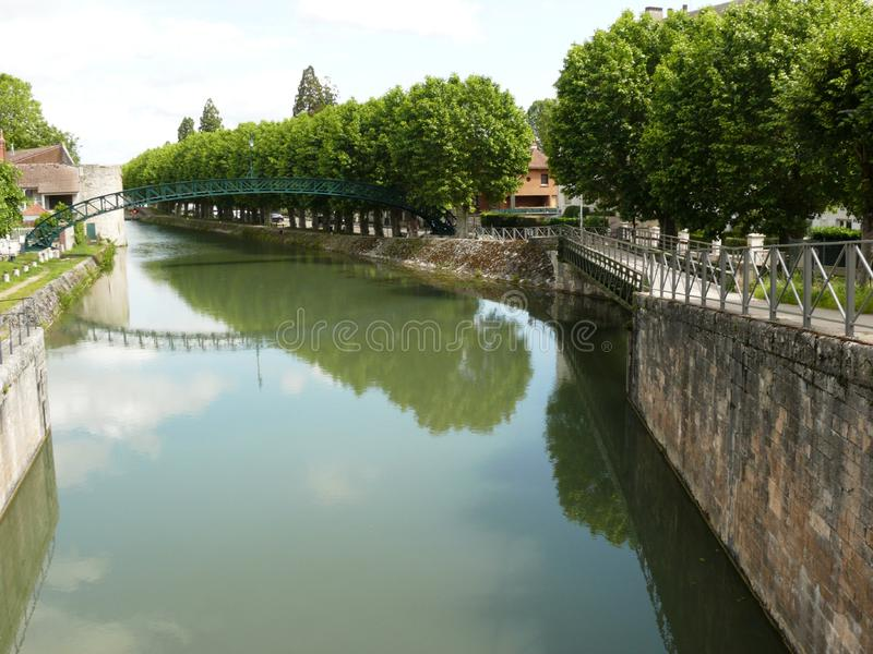 Passerella di Victor Hugo sul canale di Briare in Montargis immagini stock