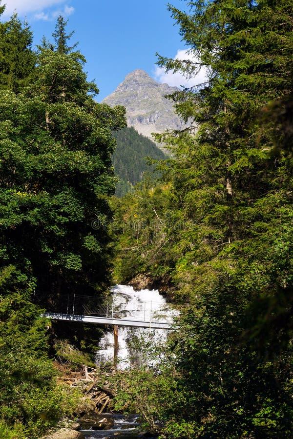 Passerella sulla traccia alpina attraverso la gola dell'inferno, Schladming, Austria fotografia stock