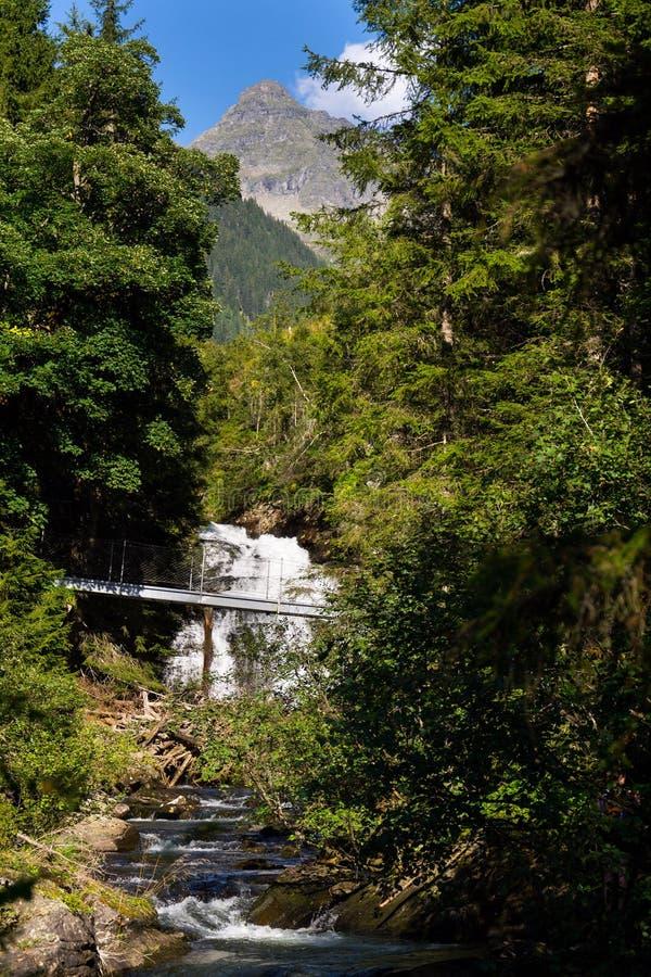 Passerella sulla traccia alpina attraverso la gola dell'inferno, Schladming, Austria immagine stock