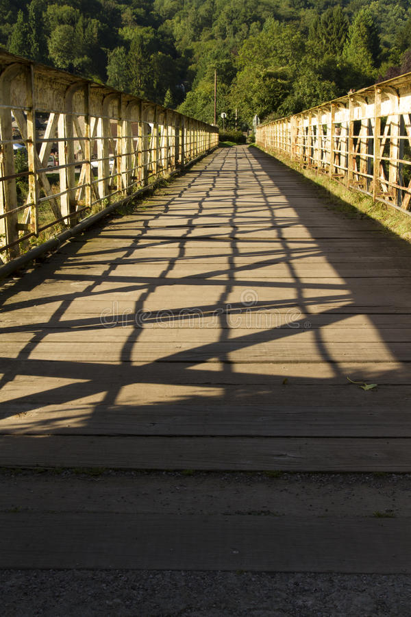 Passerella una volta un ponte ferroviario – il ponte del cavo a Tintern. fotografia stock libera da diritti