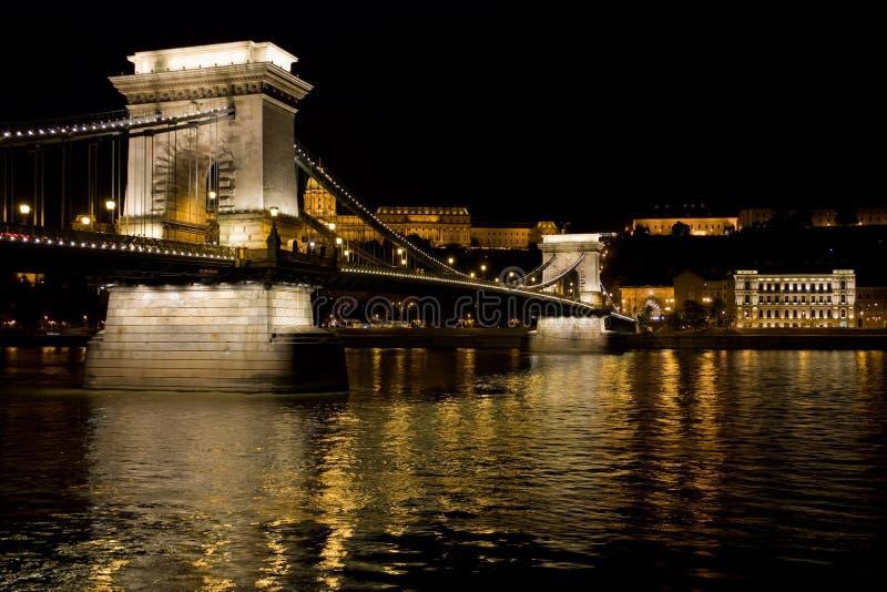Passerelle à chaînes de nuit à Budapest photo stock