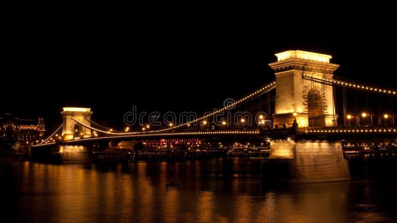 Passerelle à chaînes de Szechenyi à Budapest la nuit images libres de droits