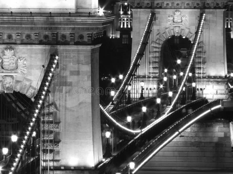 Passerelle à chaînes la nuit (Budapest, noirs et blancs) images stock