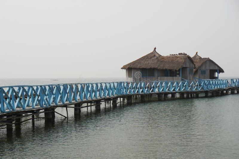 Passerelle à une maison de natation dans Keta au Ghana photos libres de droits