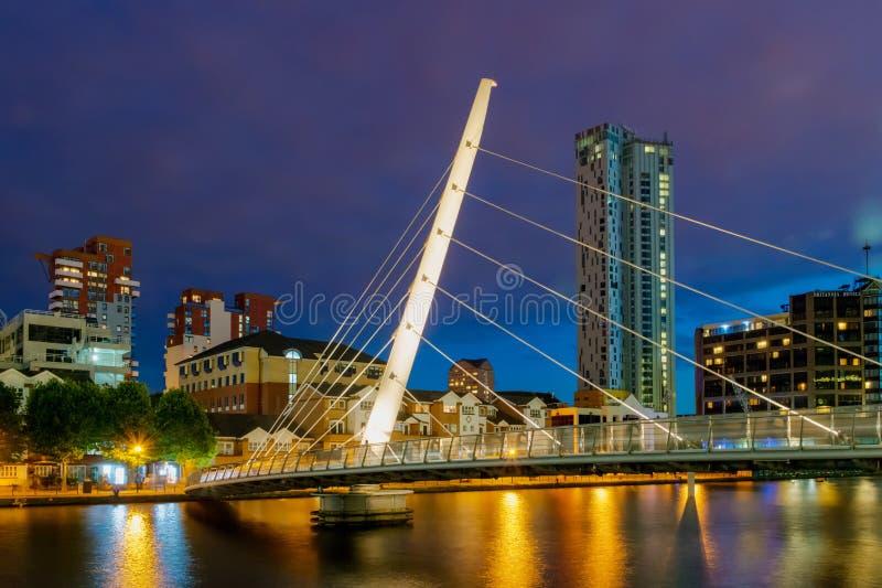 Passerelle admirablement allumée de Canary Wharf images stock