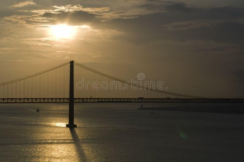 Passerelle au coucher du soleil image stock