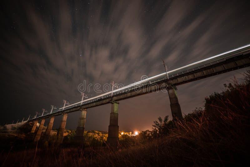Passerelle au-dessus de fleuve Ciel de nuit images stock