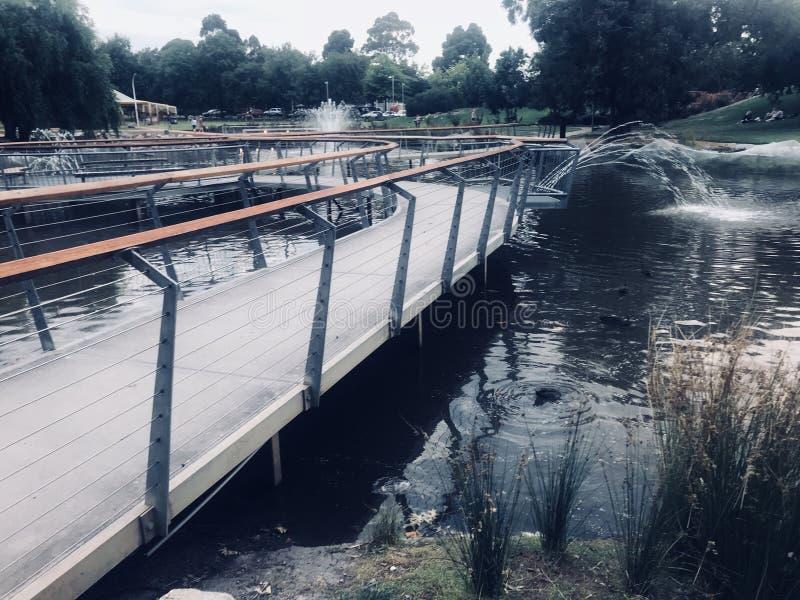 Passerelle au-dessus de l'eau photo stock