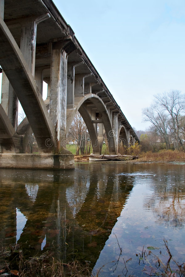 Passerelle au-dessus de l'eau du Missouri photos libres de droits