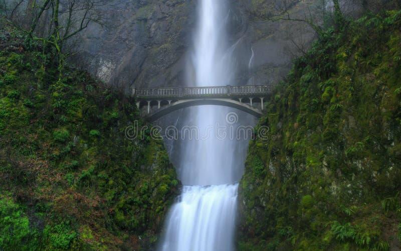 Passerelle au-dessus de la cascade à écriture ligne par ligne images libres de droits